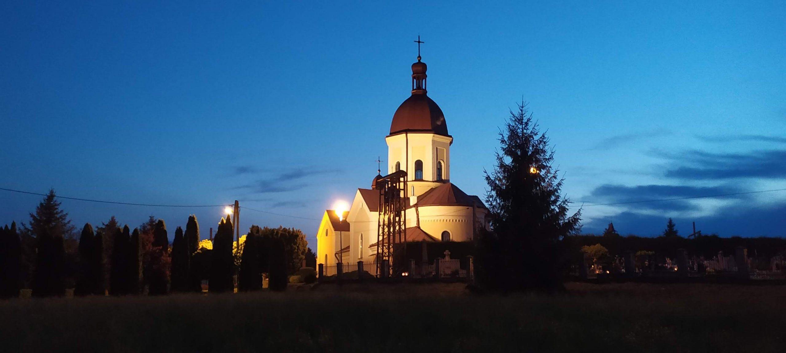 Kościół i jego otoczenie nocą