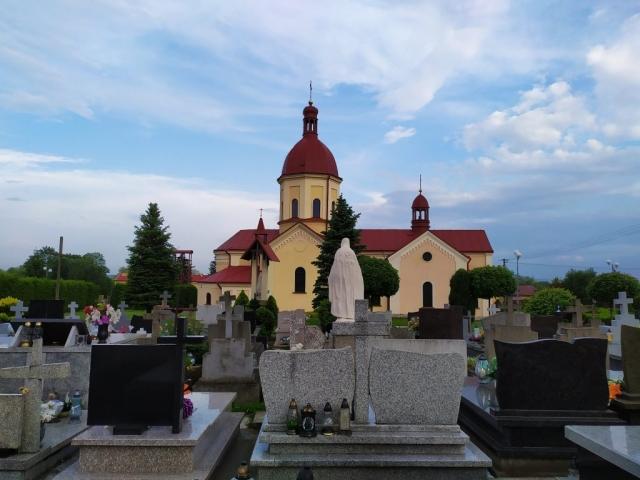 Widok kościoła od strony cmentarza