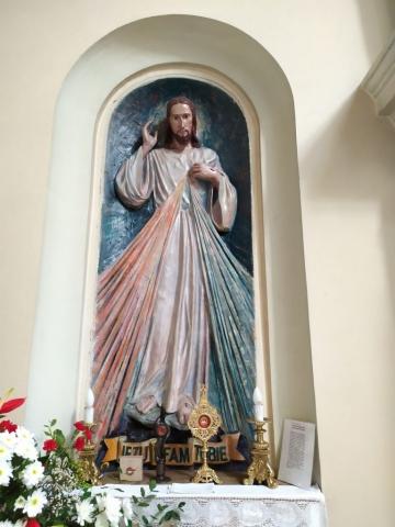 Figura Jezusa Miłosiernego i relikwiarze