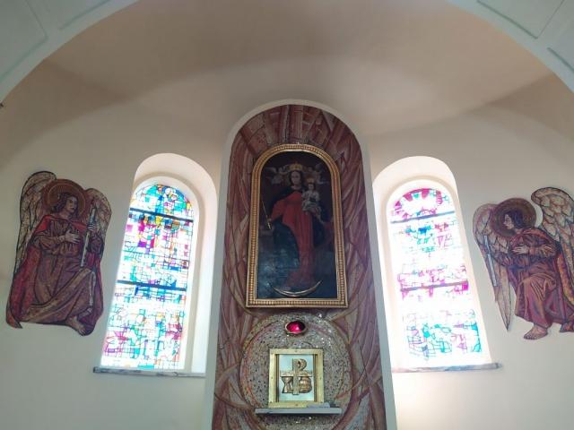 Obraz NMP Królowej i witraże w prezbiterium